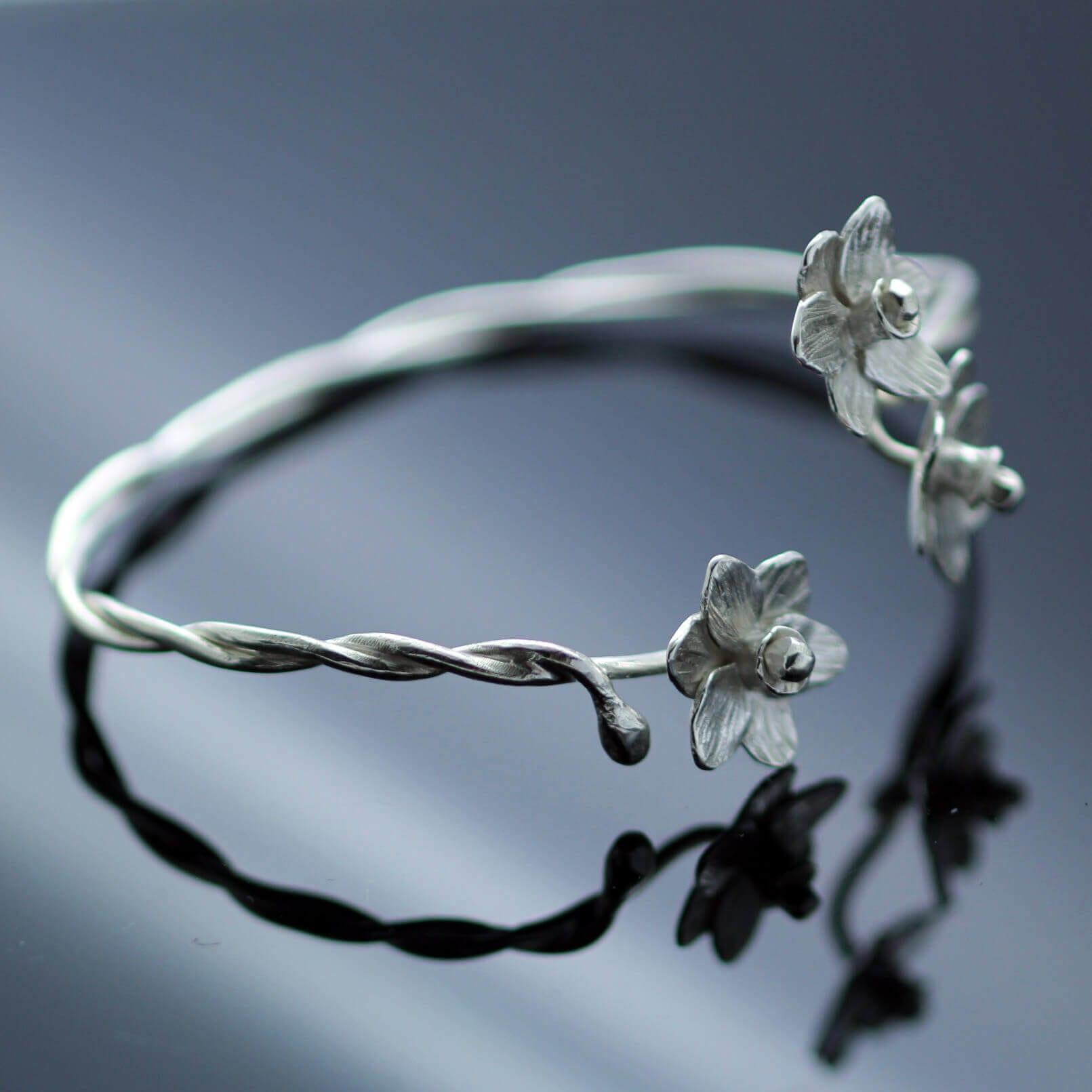 Contemporary silver bangle daffodil floral design