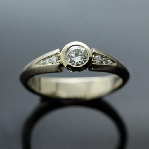 White Gold and Round Brilliant Diamond engagement ring with shoulders of Diamonds