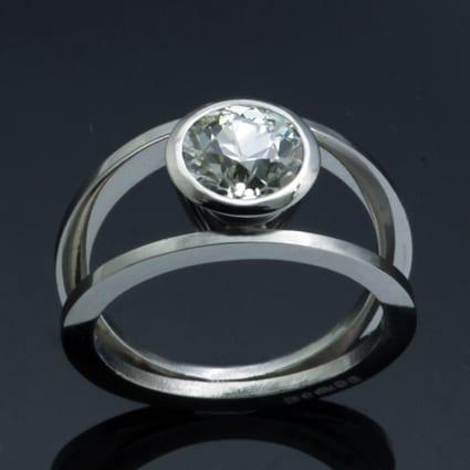 Unique platinum round brilliant diamond ring